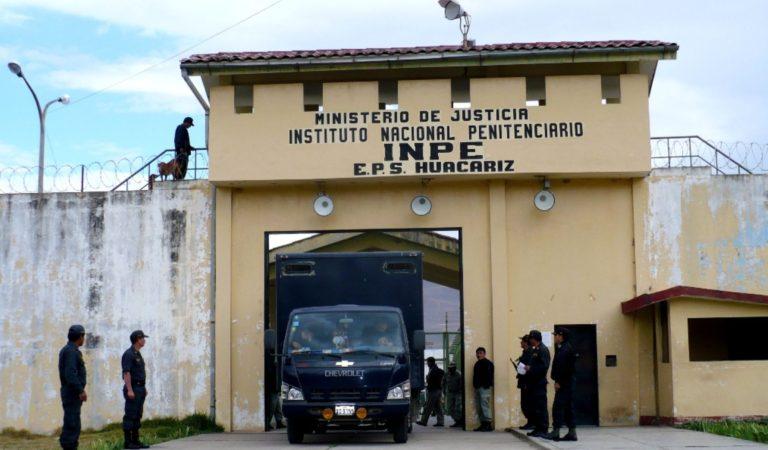 Internos se fotografían haciendo uso de celulares en el Penal de Huacariz
