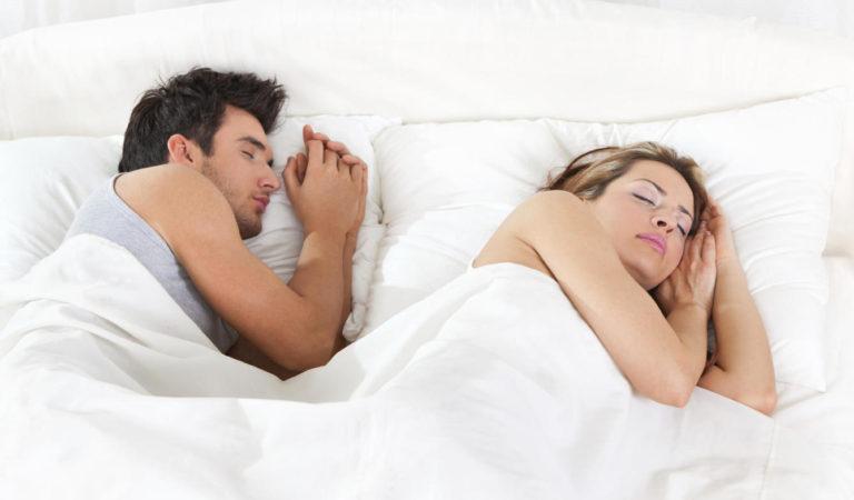 Por qué es importante hacia qué lado duermes y cuál es el que más beneficia tu salud