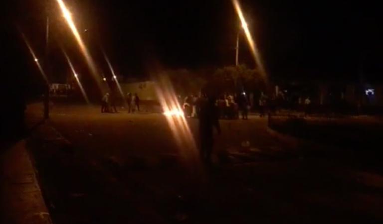 Queman ánforas y Policía con pobladores se enfrentaron en Baños del Inca   VIDEO