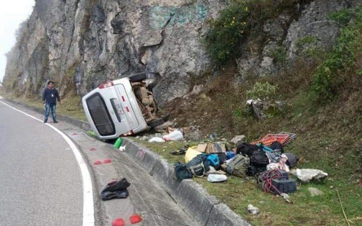 Cuatro heridos tras volcadura de minivan en San Juan