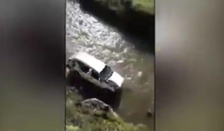 Taxi con cinco personas cae al río Chonta